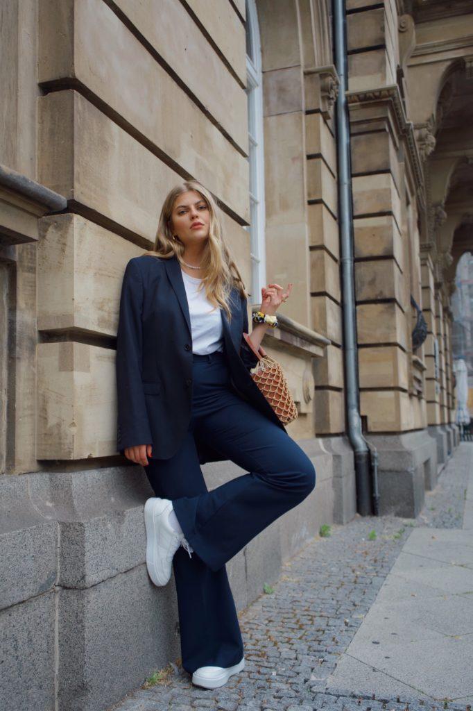 Das 10. der French Wardrobe Essentials FÜR DEINEN KLEIDERSCHRANK sind weiße Sneaker