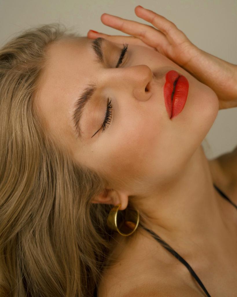 Make Up Routine der Französinnen, volle Augenbrauen