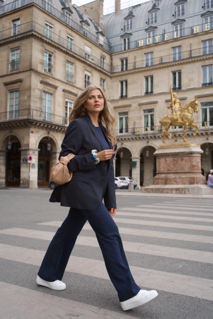 Franziska läuft auf der Rue Rivoli und befolgt mit ihrem Outfit die Moderegel Stilbrüche.