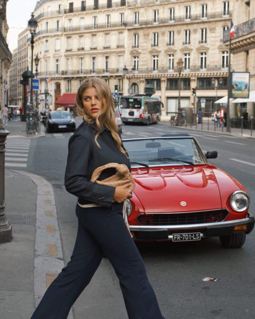 Franziska trägt ein Outfit im französischen Stil in den Straßen von Paris