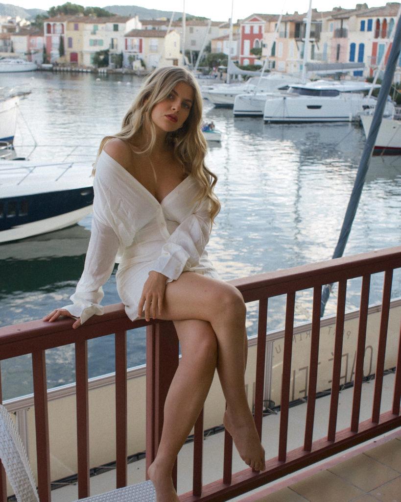 Franziska auf dem Balkon vom Hotel Le Suffren