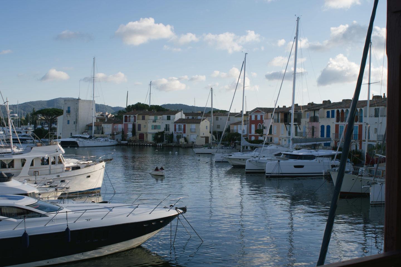 Die Aussicht über den Hafen von Grimaud aus der Suite im Hotel Le Surfen