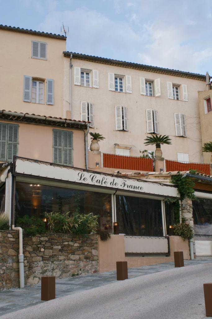 Das Cafe  Le Cafe de FrANCE in der Altstadt