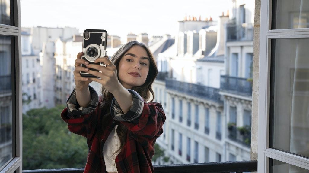 Emily macht ein Selfie am Fenster