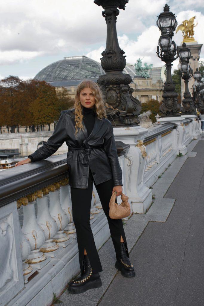 Welche Schuhe tragen Französinnen im Winter, Combat Boots zu einem schwarzen monochromen Look an der Pont Alexandre III