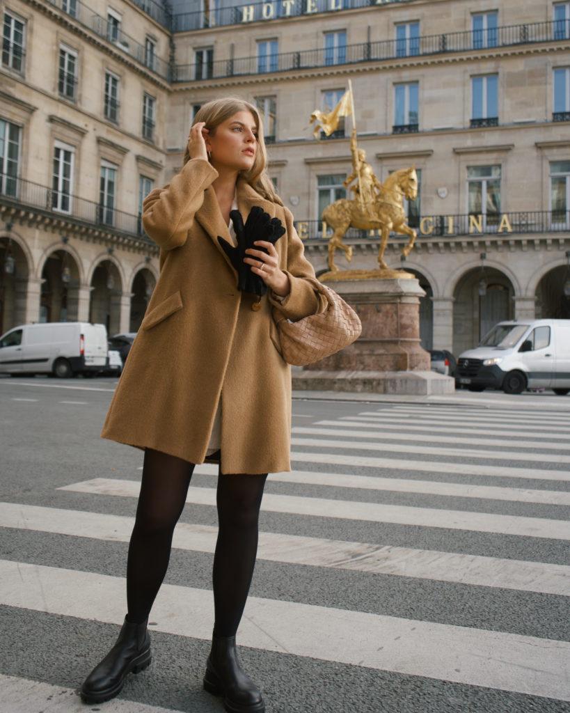 Franziska in der Rue Rivoli mit einer Designertasche von Bottega Veneta