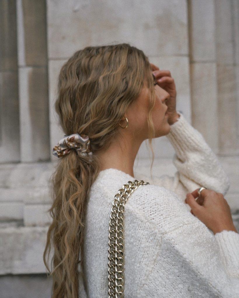 Ein Scrunchie ist das praktischste Accessoire für die Haare